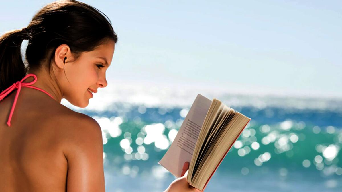 Femme lisant au bord de la mer dpurb