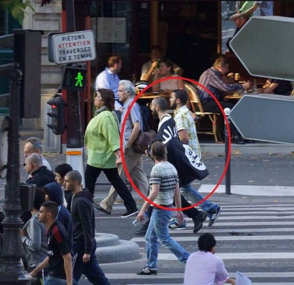 Pavillon Etat Islamique à Paris.jpg