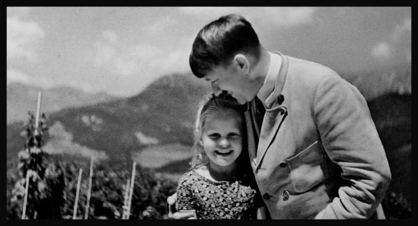 Hitler embrassant une fillette juive