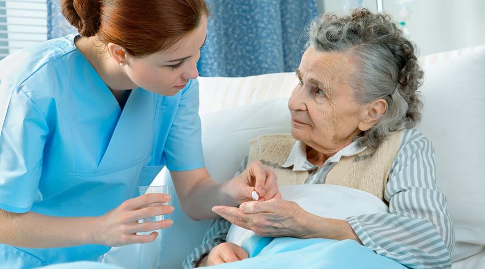 Infirmière avec les personnes âgées d'purb dpurb site web